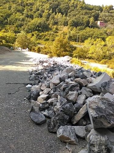 Portoro wall stone and rocks